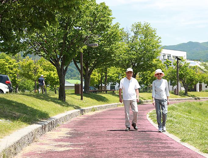 カーサ・デ・ソル湖浜(高齢者向け賃貸住宅)前の諏訪湖畔の遊歩道を楽しく歩く
