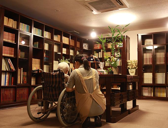 カーサ・デ・ソル湖浜(高齢者向け賃貸住宅)の3階には様々な書籍が置いてある図書室があります。