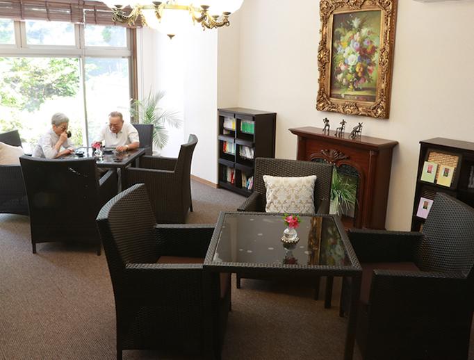 カーサ・デ・ソル諏訪湖(高齢者向けマンション)1階にある喫茶室では、会話を楽しみながらゆっくりと寛げます。