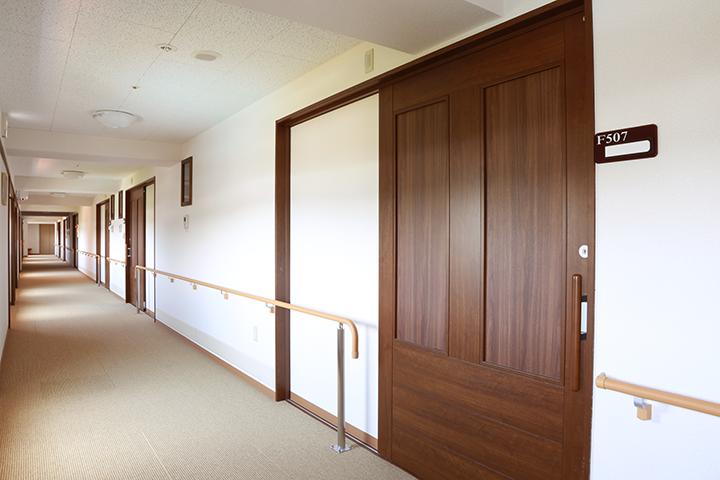 居室前の広々とした廊下(5F)